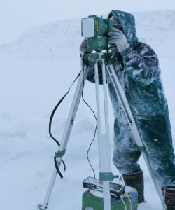 調査のメインはセオドライトという機械を使って,ワシの移動を三次元で把握しています。吹雪の中の調査なので,すぐに眉毛や髭に雪がついて,サンタクロースみたいになってしまいます。