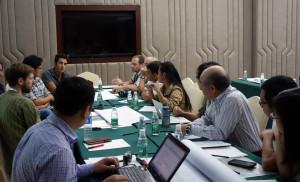 シマアオジの保護に必要な研究について議論する参加者。コーディネーターは山階の尾崎さん