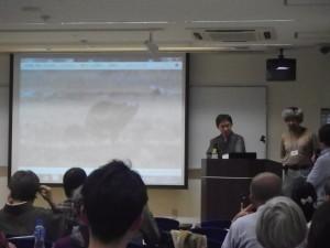 写真2:ロシアのシギ・チドリについて話す佐藤さんと澤さん